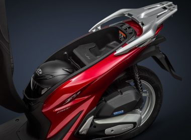 52267_20YM_SH150_R369_Pearl_Splendor_Red__Under_seat_storage_with_helmet_ORIGINAL
